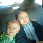 Max och Samuel i bilen, september 2009.